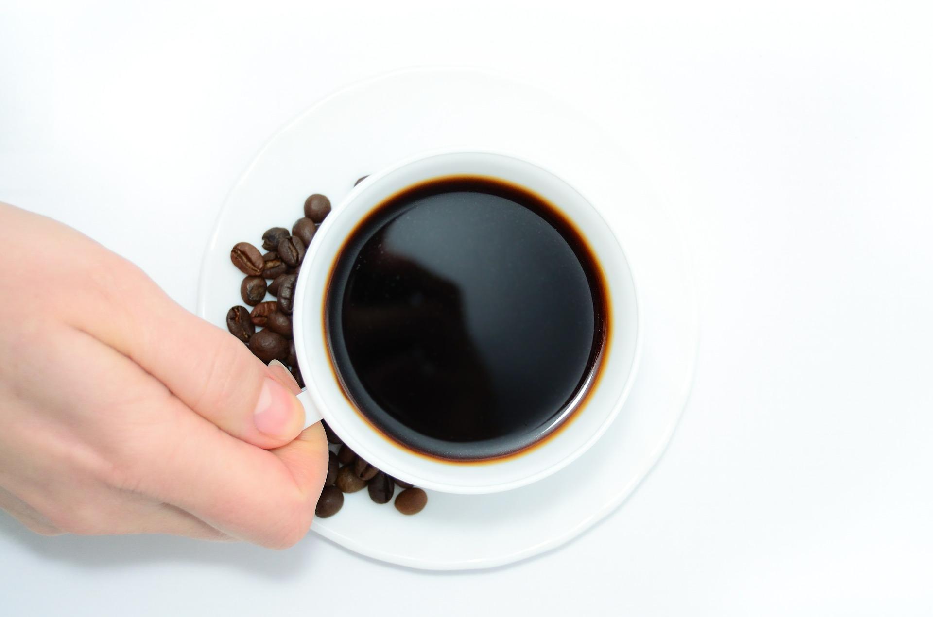 une tasse de café à la main