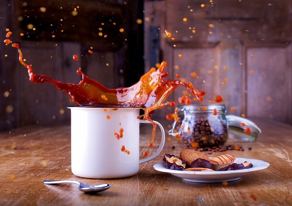 Photo par 12019 / CC0 - La caféine déshydrate le corps et élève les niveaux de cortisol. Cela conduit à une peau déshydratée et des rides prématurées